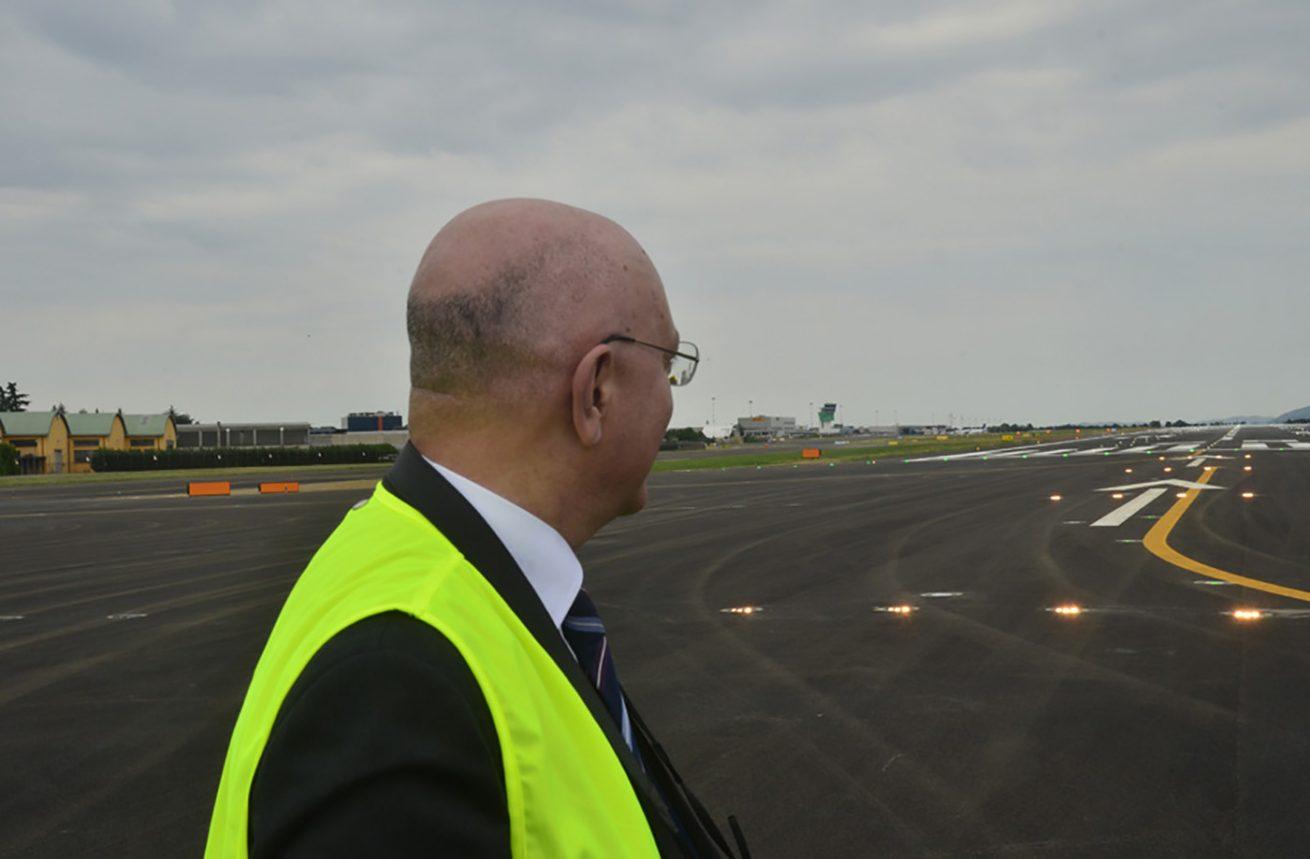 Aeroporto Orio : Aeroporto di bergamo orio al serio fotografia editoriale